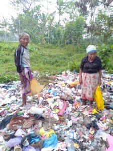 Dua Perempuan Janda Tua  Bertahan Hidup  Menjadi Pemulung Sampah