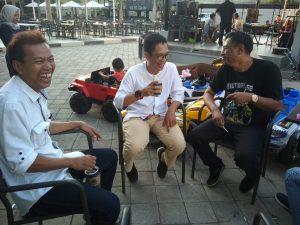 """Dima Akhyar dan Anton Macan sedang bercengkrama akrab disela sela persiapan pementasan """"Beno Wis Band"""""""