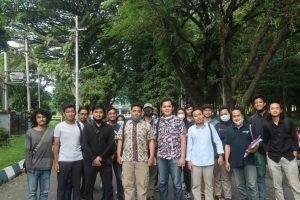 Puluhan Mahasiswa Geruduk KPUM  Antarkan Agung-Cendi