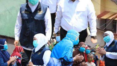 Gubernur Khofifah Kunjungi Korban Serahkan Bantuan Banjir Jember