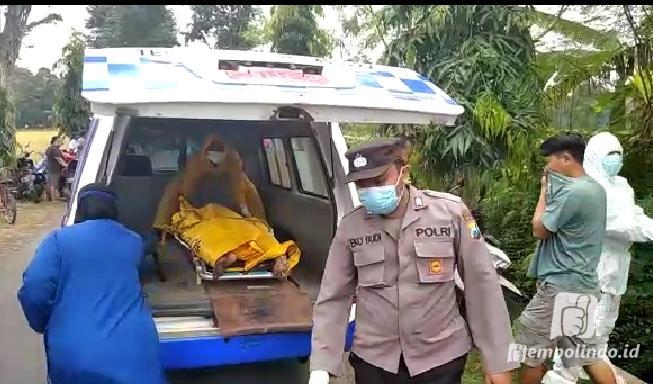 Polisi Kencong dan Petugas puskesmas kencong mengevakuasi temuan mayat di kraton Kencong