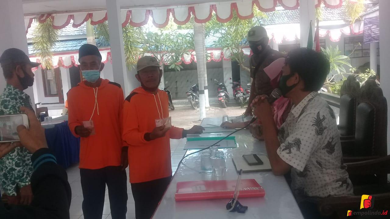 Hindari Kerumunan Insentif RT/RW Desa Paseban Di Bagi Tunai